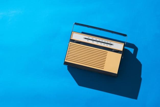 Retro analoge signaalradio op een helderblauw oppervlak. radio-uitzending live
