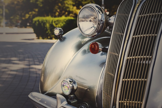 Retro ansichtkaart van de vintage auto