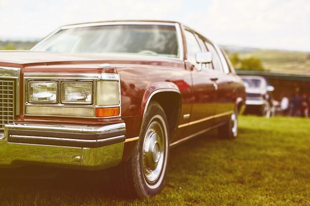 Retro auto geparkeerd op gras