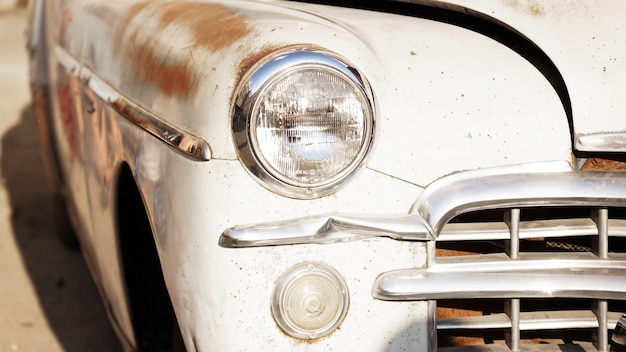 Retro auto oude vintage auto koplamp close-up tentoonstelling van retro auto's