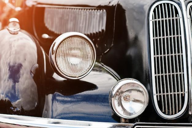 Retro autokoplamp. voorkant van oude vintage auto