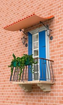 Retro balkon met bloemen en lichtblauwe luiken. 3d illustratie