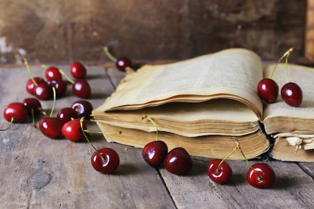 Retro boek en kersenbes
