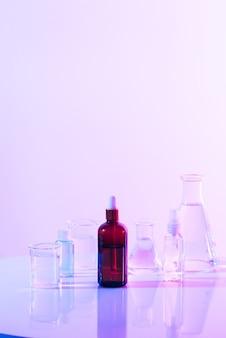 Retro bruine fles met kolf in wetenschappelijk laboratorium