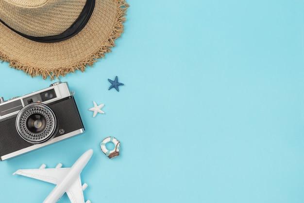 Retro camera met speelgoedvliegtuig op pastel blauwe achtergrond met kopie ruimte