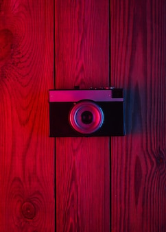 Retro camera op houten oppervlak