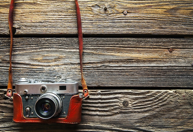 Retro camera op houten tafel achtergrond, vintage kleurtoon