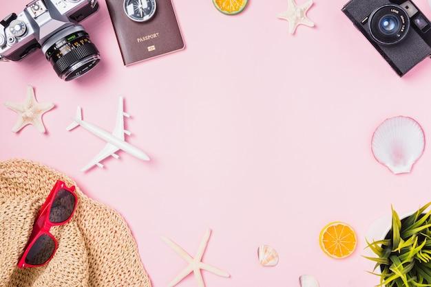 Retro camerafilms, vliegtuig, zeesterren, hoed en tropische accessoires voor reizigers