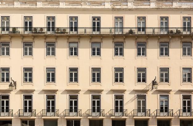 Retro europese flatgebouw met balkons, portugal