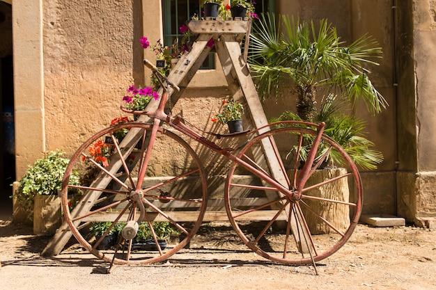 Retro fiets gecodeerd met bloemen op een zonnige dag