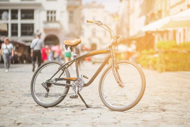 Retro fiets geparkeerd op straat in de stad