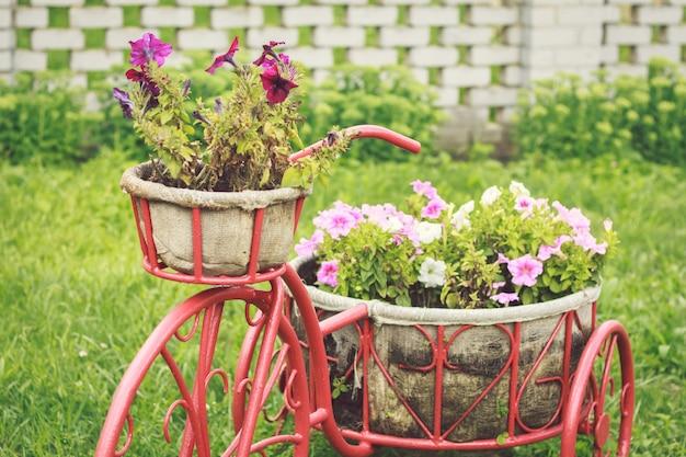 Retro fiets met bloemen decor in de tuin