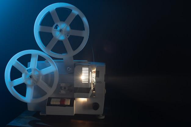 Retro filmprojector met 8mm spoelrollen