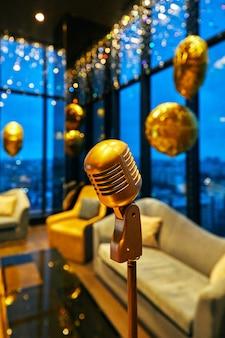Retro gouden klassieke microfoon en vintage oud