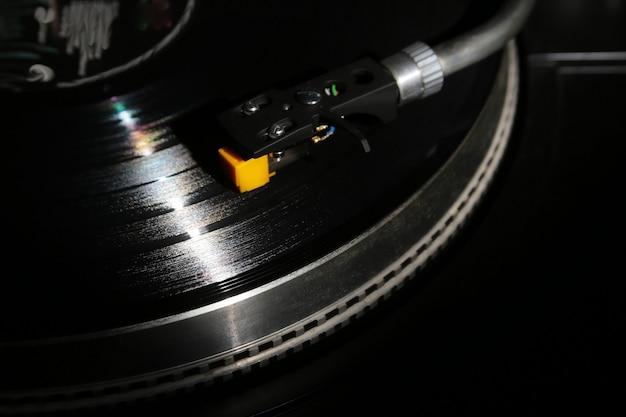 Retro grammofoon die analoge schijf met muziek speelt.