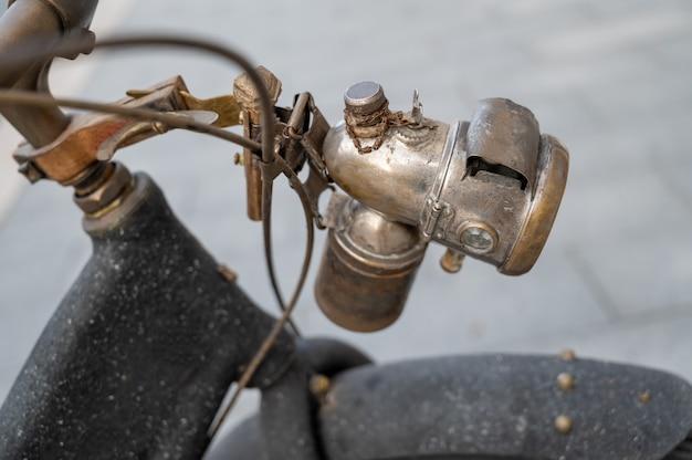 Retro hardmetalen lamp op een vintage fiets