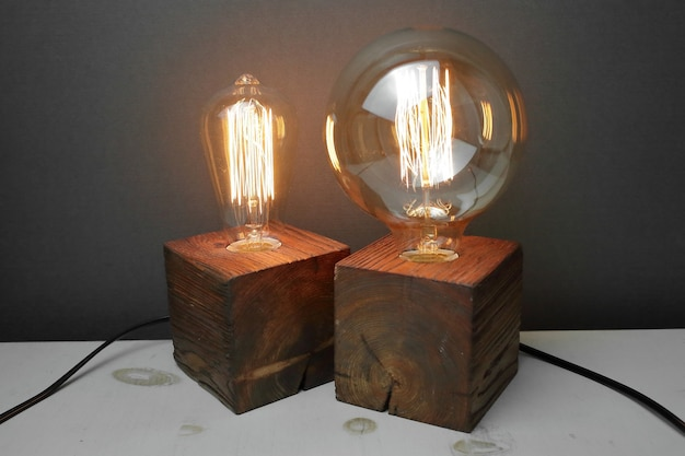 Retro houten lamp met edison lamp op een grijze achtergrond