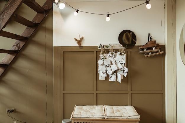 Retro interieurconcept met witte en bruine muur, schaatsen, hoed, ansichtkaarten, trappen