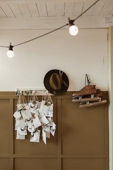 Retro interieurconcept met witte en bruine muur, schaatsen, hoed, ansichtkaarten