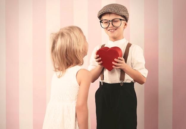 Retro jongen die hart voor zijn liefde geeft