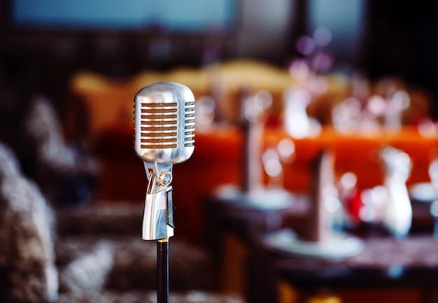Retro karaoke-microfoon op restaurantachtergrond.