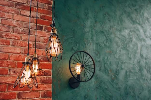 Retro lamp op een bakstenen muur. gloeilamp. stalen decoratieve lamp. moderne lamp. steampunk lamp