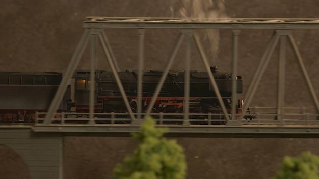 Retro lokomotief op de brug.
