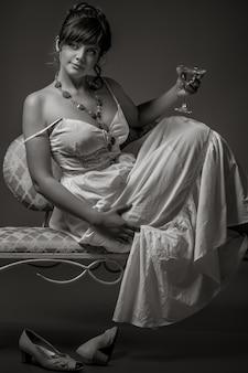Retro meisje dat een cocktail heeft