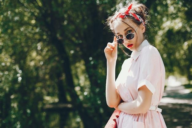 Retro meisje in een park