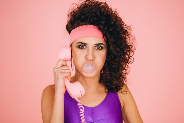 Retro meisjes blazende bel met kauwgom