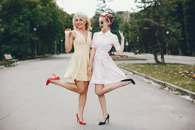 Retro meisjes in een park