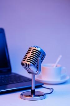 Retro microfoon en notebook computer, live webcast op luchtconcept