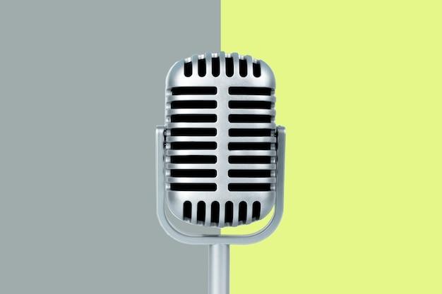 Retro microfoon met exemplaarruimte op kleurenachtergrond