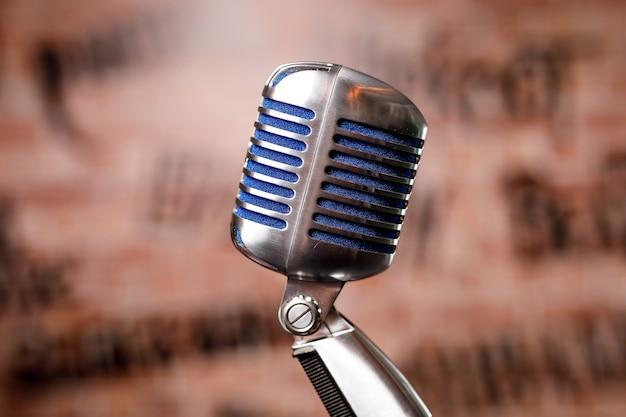 Retro microfoon op het podium in een pub of bar, restaurant tijdens een avondshow.