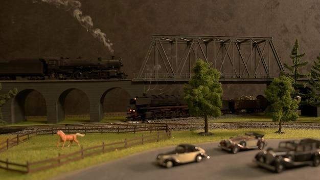 Retro miniatuur spoorwegweg en platteland.