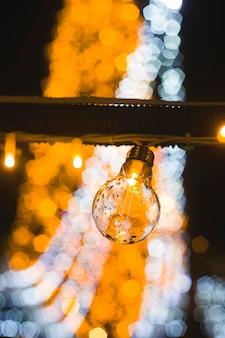 Retro mooie lamplichten op de achtergrond van de verstralers van de stadskerstboom.
