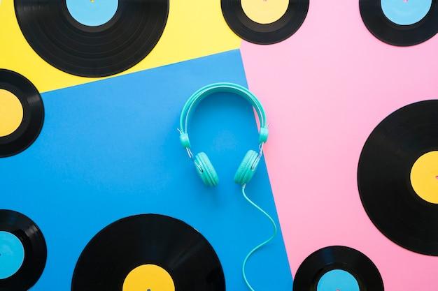 Retro muziekconcept met vinyl en koptelefoon in het midden