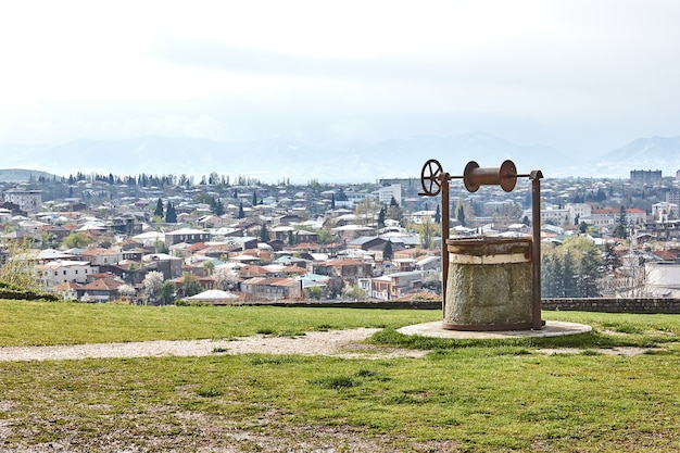 Retro oude put op de achtergrond van het stadspanorama kutaisi georgië