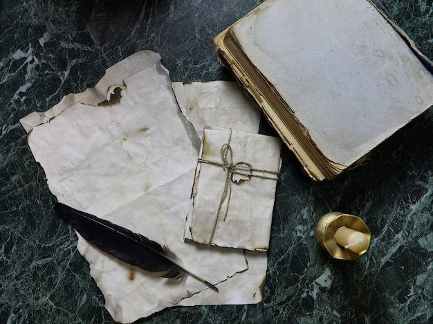 Retro papieren en boek op een tafel met detective tools achtergrond