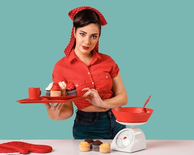 Retro pinup meisje poseren in een keuken