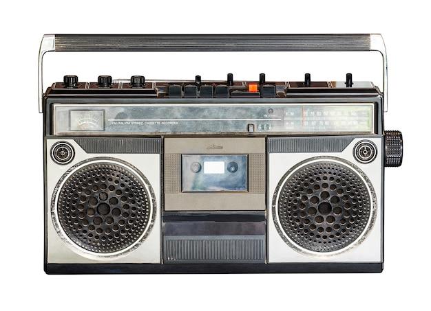 Retro radio en audiocassettespeler die op wit met het knippen van weg wordt geïsoleerd