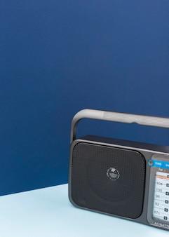 Retro radio op blauwe tafel met kopie ruimte