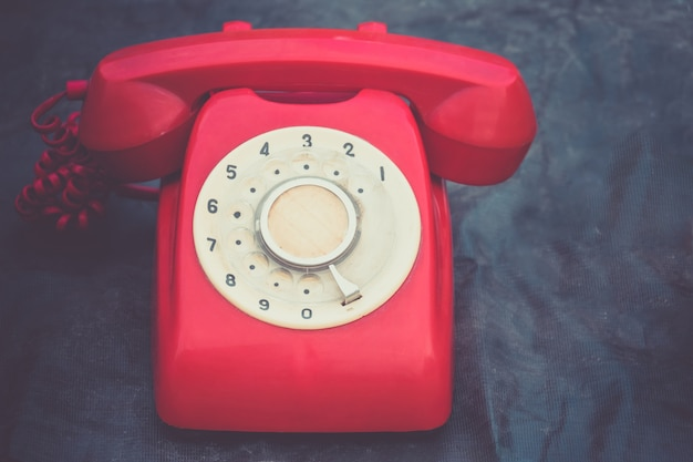 Retro rode telefoon op blauwe achtergrond
