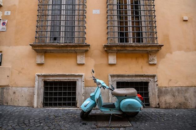 Retro scooter geparkeerd in de smalle straten van rome