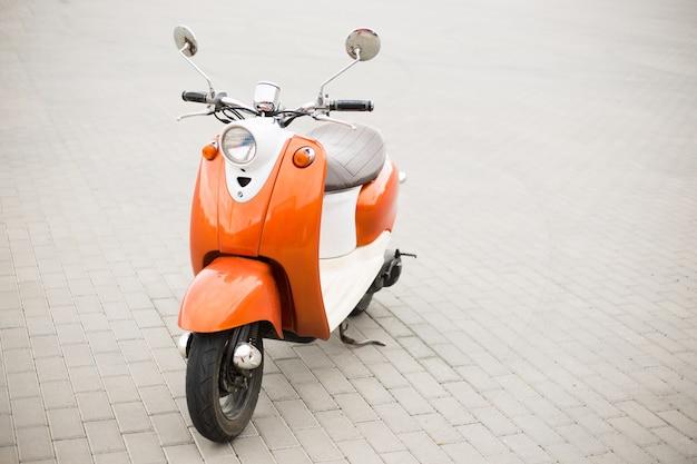 Retro scooter op de straten van de stad
