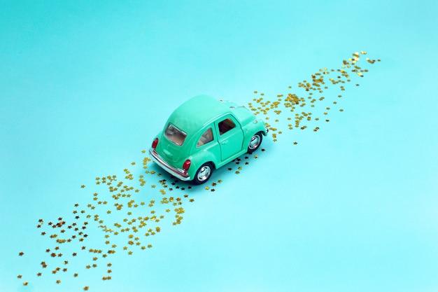 Retro speelgoedauto met sterren onderweg