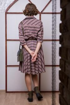 Retro stijl. een meisje uit de jaren 60. reclamekleding, schoenen, accessoires