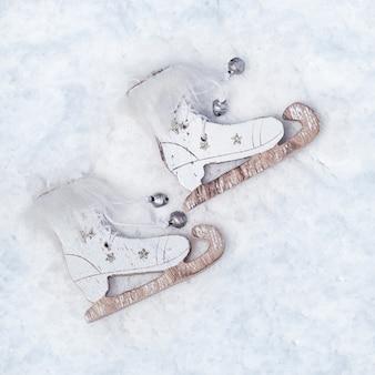 Retro stijl houten schaatsen op besneeuwde ondergrond