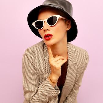 Retro-stijl model. vintage glazen en panama. geruit pak