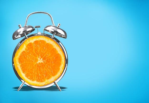 Retro-stijl wekker en oranje fruit, close-up